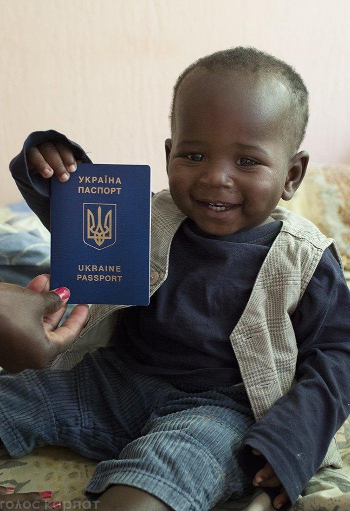 Маленький африканець на Закарпатті отримав громадянство України