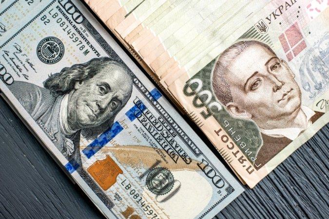 """На """"чорному ринку"""" Хустщини долар продають по 26 грн."""