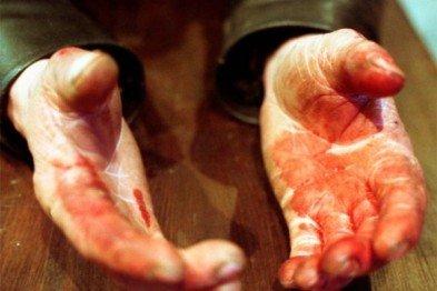 Через необережність закарпатський пенсіонер встромив собі ножа в груди