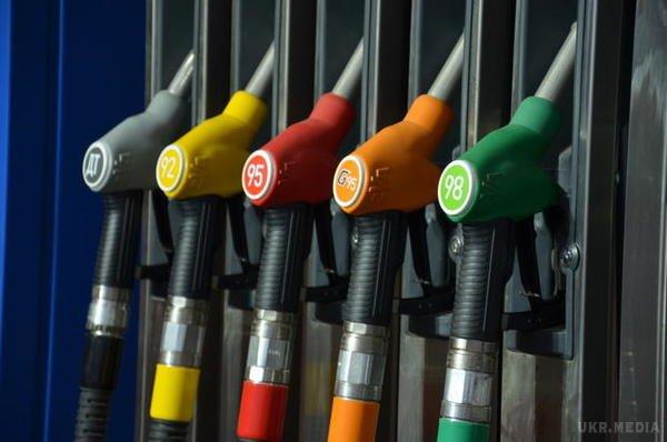 Парадокс: долар дешевшає, бензин - ні