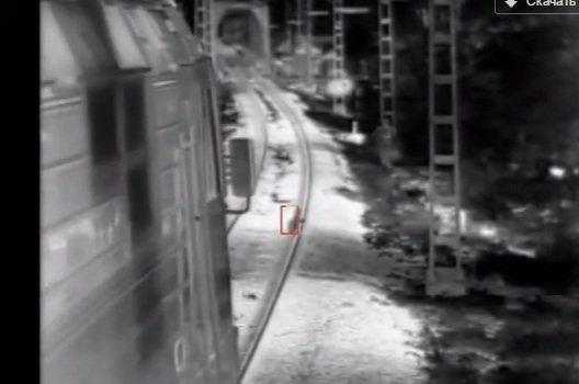 За крок до смерті: порятунок 3-річного хлопчика з-під потяга зафіксувала камера (ВІДЕО)