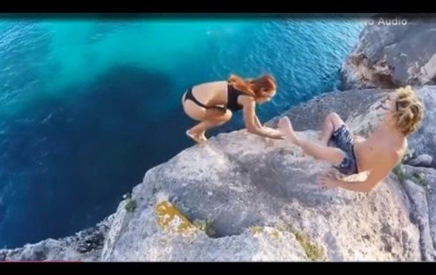 Відео з дівчиною, яка падає зі скелі, посварило користувачів мережі (ВІДЕО)