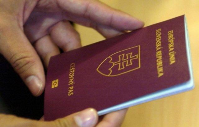 Багатьох українців позбавили словацькиx паспортів, через подвійне громадянство
