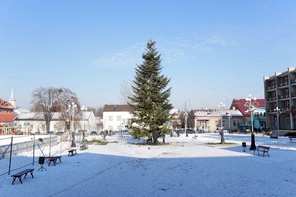 У Мукачеві та Тячеві вже встановили новорічні ялинки