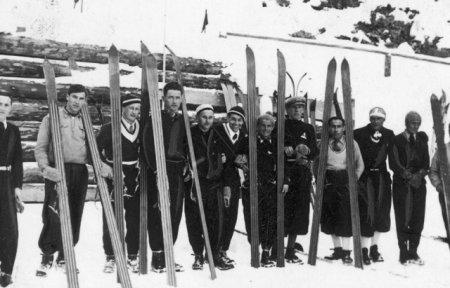 Закарпатські трюкачі: знимки  лижників сторічної давності