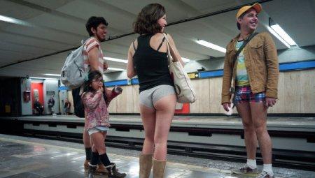 Традиційний флешмоб: європейці спустились в метро без штанів
