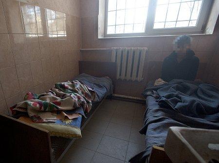 ЖАХ! В Мукачівському психоневрологічному інтернаті тримають людей у підвалі та застосовують трудове рабство (Фото)