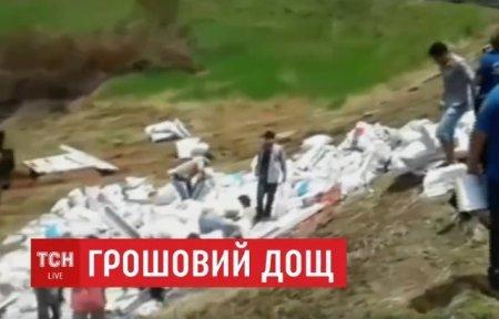 У Парагваї вантажівка із 30-ма тоннами грошей перекинулась у кювет (ВІДЕО)