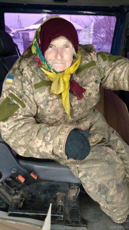 Фото бабусі у військовій формі підкорило мережу