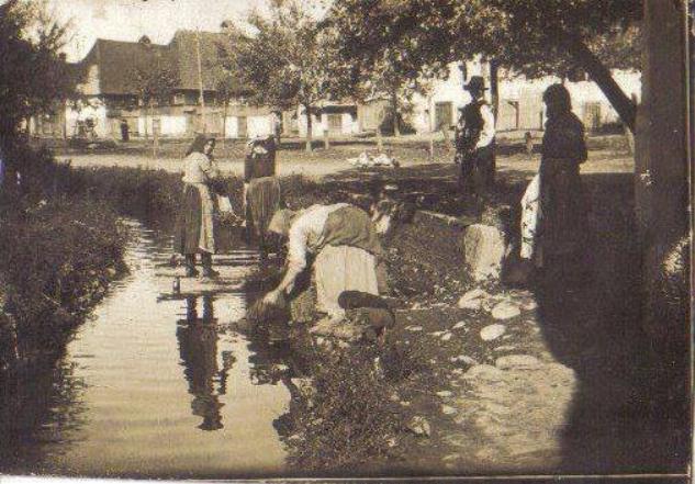 Фото з минулого: прання на потоці у центрі Тячева
