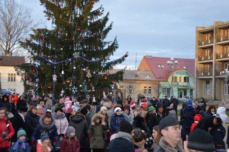 В Тячеві засяяли новорічні вогники головної ялинки