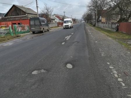 На Тячівщині зійшов з доріг сніг, а з ним і асфальтне покриття (ФОТО)