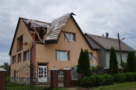 У Колодному буревій руйнував фронтони та зносив покрівлі будинків (ФОТО)