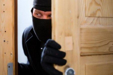На Тячівщині троє місцевих жителів обікрали будинок односільчанки