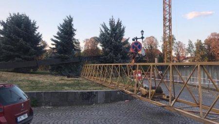 Біля Драмтеатру в Ужгороді перекинувся будівельний кран (ФОТО)