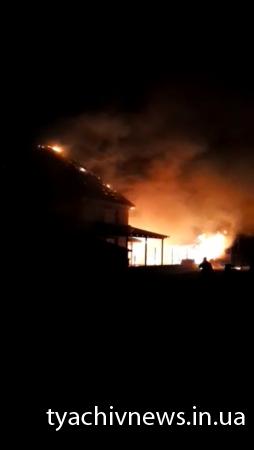 Масштабна пожежа на Тячівщині: згорів житловий будинок та надвірна споруда (Фото)