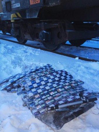 Закарпатські прикордонники виявили контрабандні цигарки у вантажному потягу