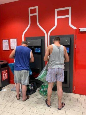 """Чи потрібні в Україні """"банкомати"""" для прийому пляшок? (Опитування)"""