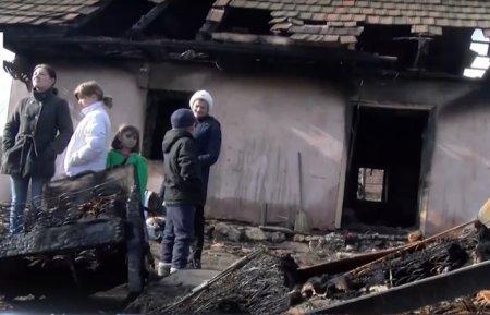 Моторошна пожежа знищила будинок багатодітної родини із Закарпаття (ВІДЕО)