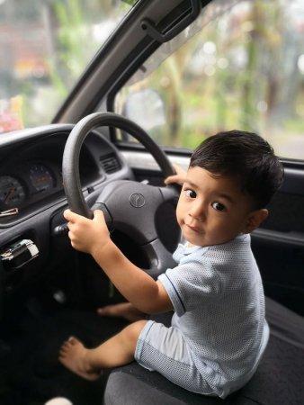 Два хлопчики 2 і 5 років викрали мамину машину, щоб відвідати дідуся